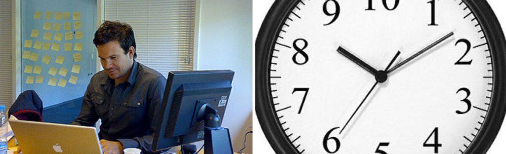 Mann som jobber ved skrivebord og veggklokke. Sammensatt foto.