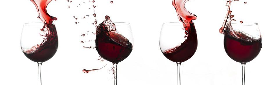 Glass med rødvin. Foto.