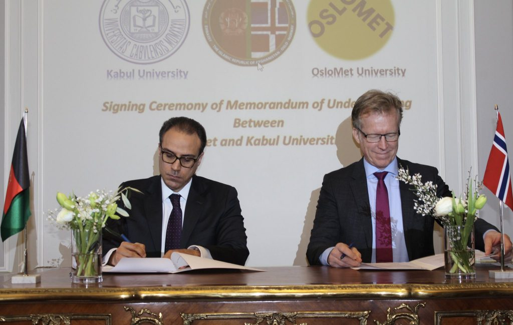 Youssof Ghafoorzai and Rector Curt Rice sign a letter of intent on cooperation between Kabul University and OsloMet.