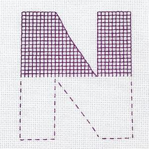 Motiv brodert med attersting i rutenett, bokstaven N.