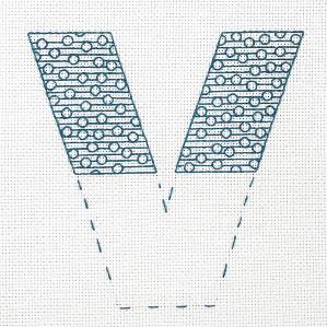 Motiv brodert med attersting i sirkler og linjer, bokstaven V.