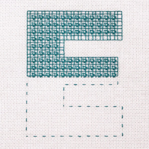 Motiv brodert med bunnsøm med dekorative trekanter, bokstaven E.