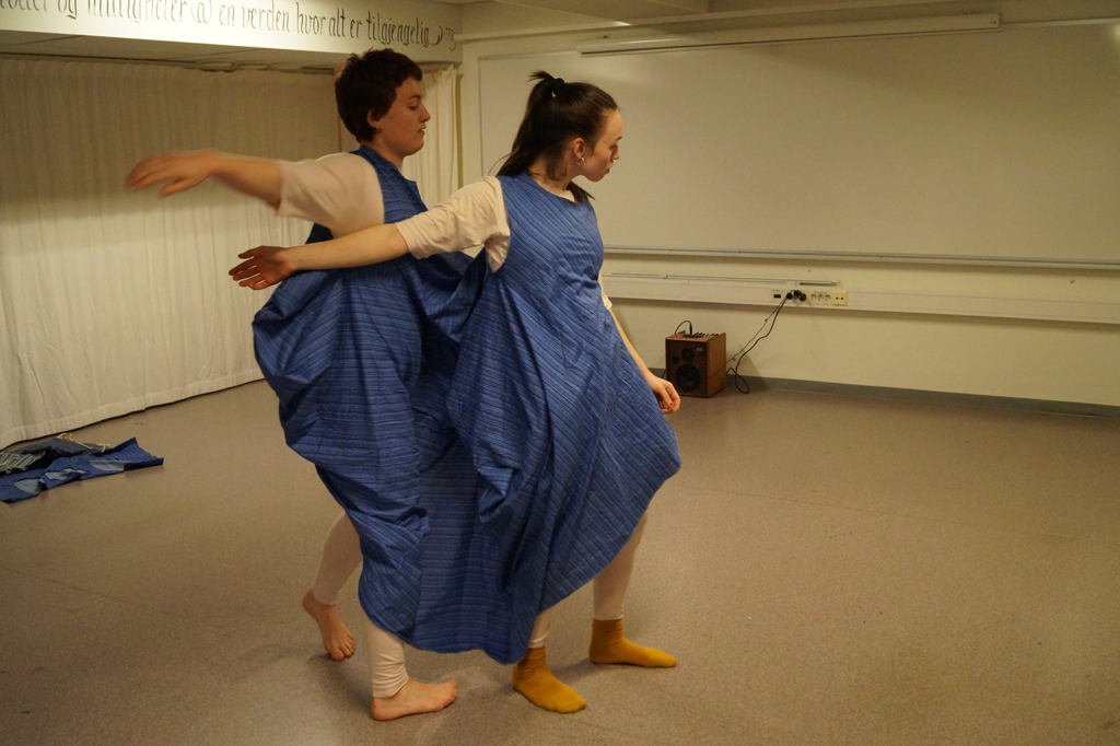 To dansere i samme kostymet.