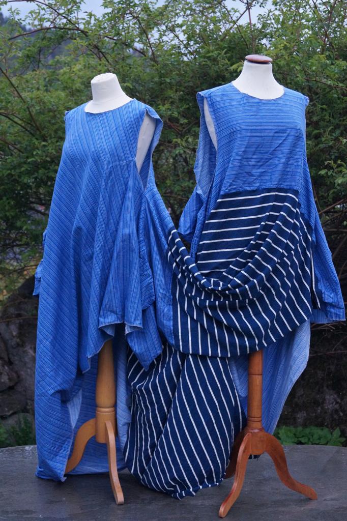 Fremsiden på kjole for to personer. To ulike blåstripede stoffer. Henger på to byster.