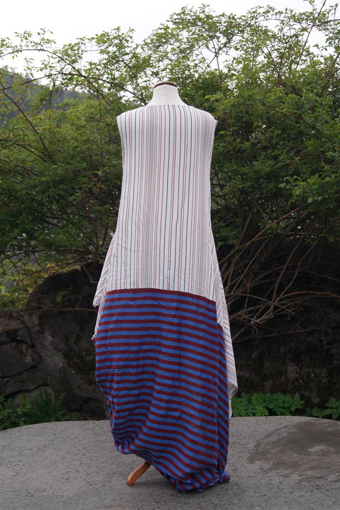 Baksiden av kjole blåstripete. Henger på byste.