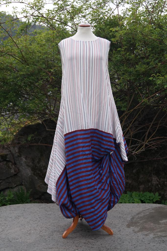 Fremsiden av kjole blåstripete. Henger på byste.