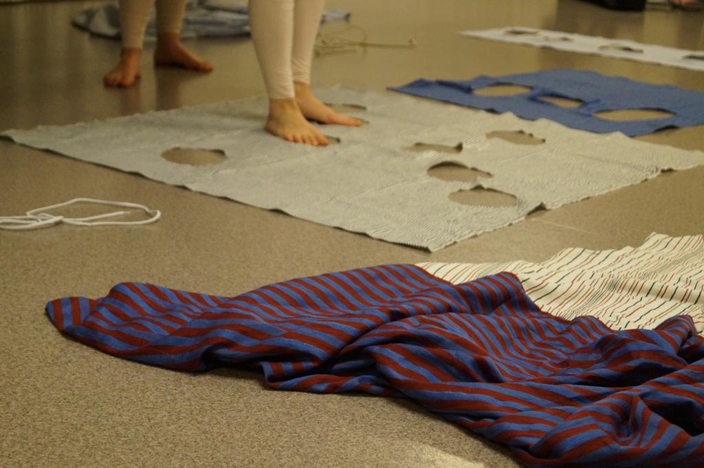 Kostymer på gulvet.