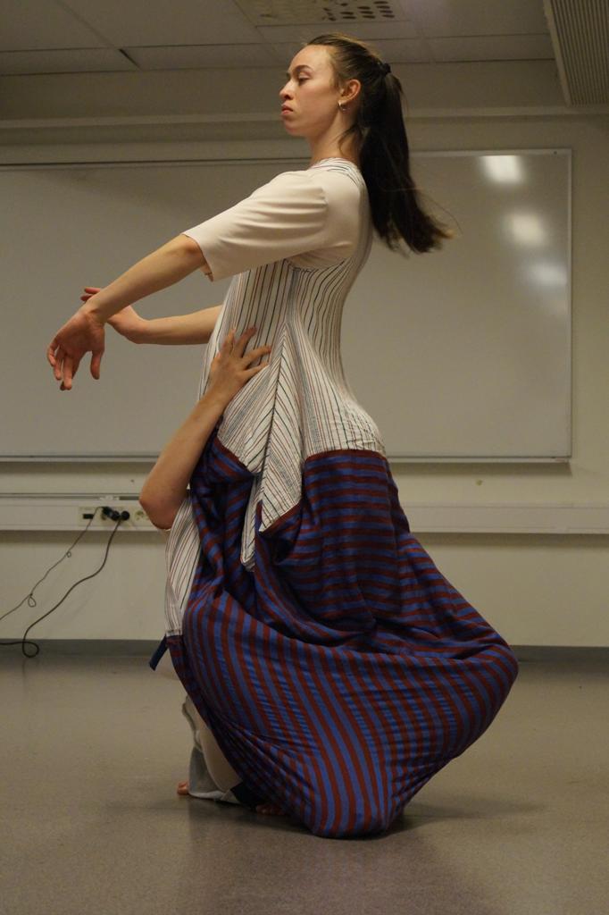 To dansere i samme kjole.