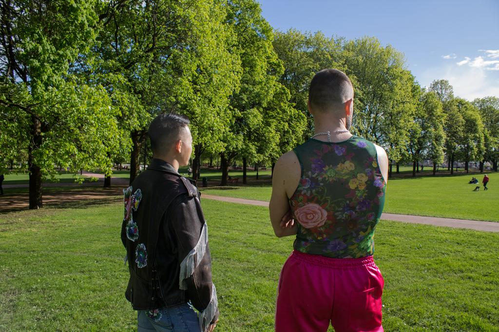 To menn skuer utover parken, plaggene sees bakfra.