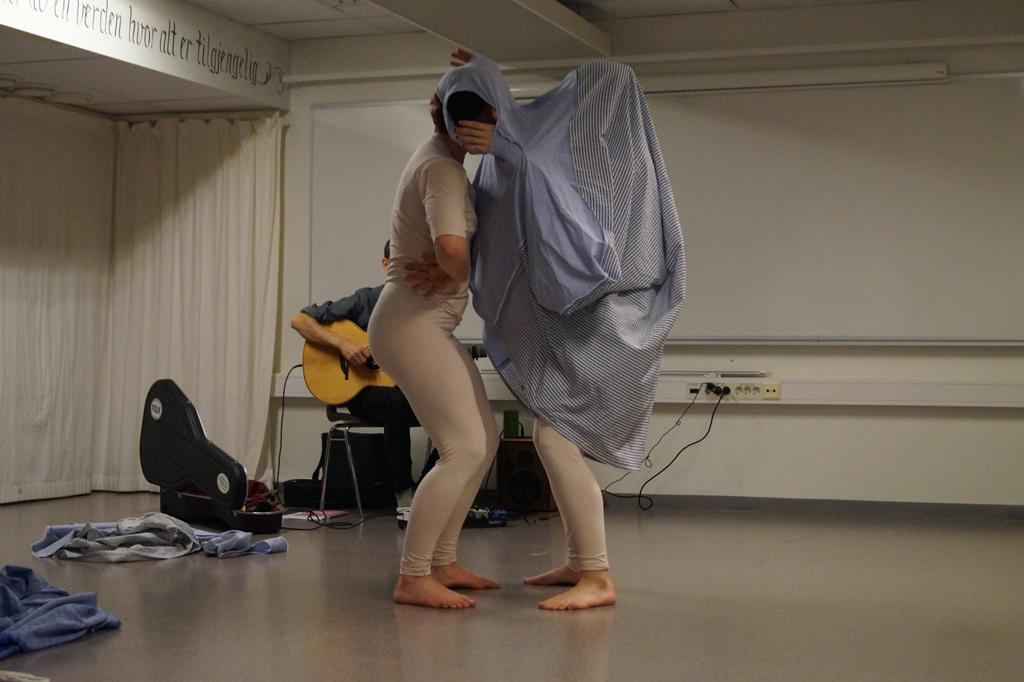 To dansere i kostyme og musiker.