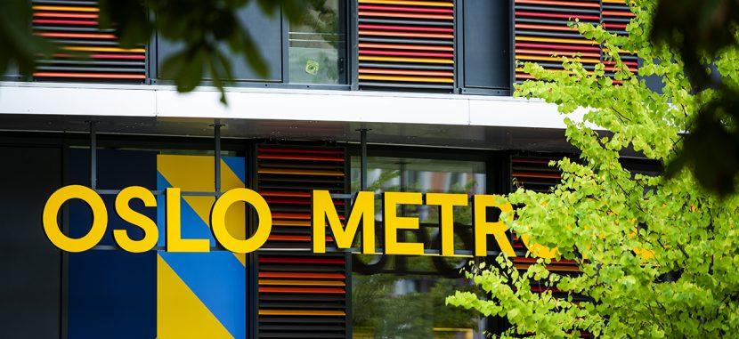 Utsnitt av fasade av OsloMet-bygg. Ser gule bokstaver som sier Oslo Metro. Foto: B. Ward / OsloMet