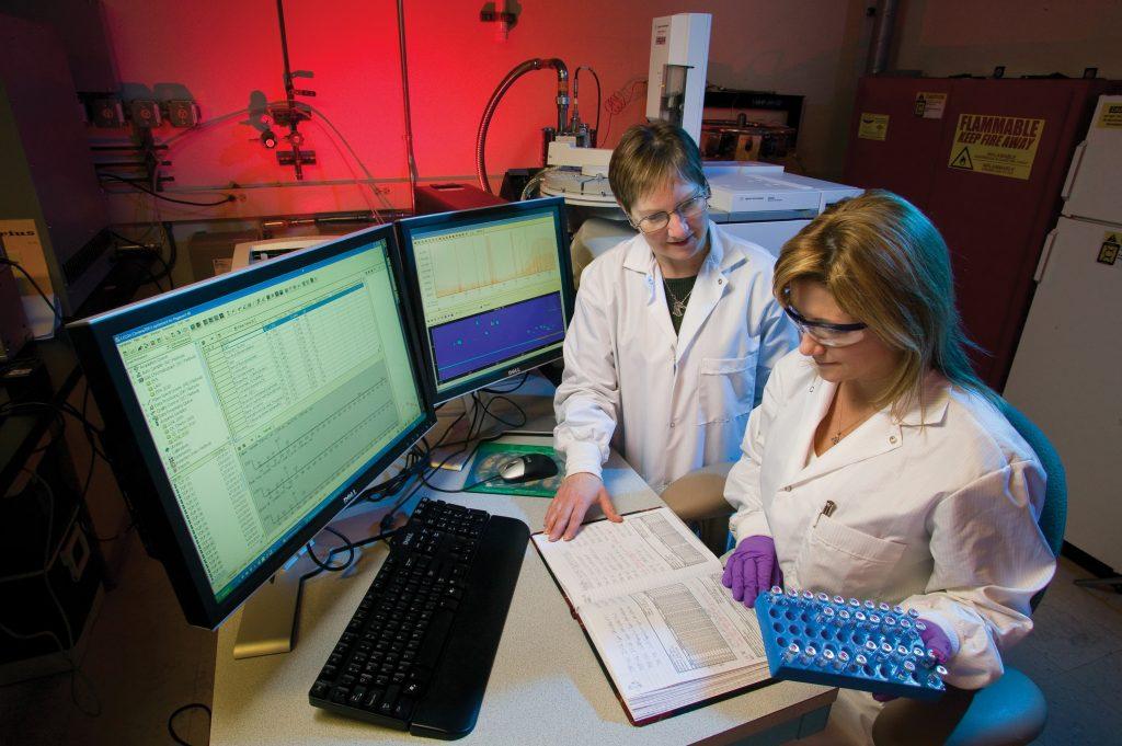 To mennesker i  ett labratoriet
