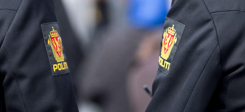 Skuldre på to politimenn i uniform. Foto: colourbox