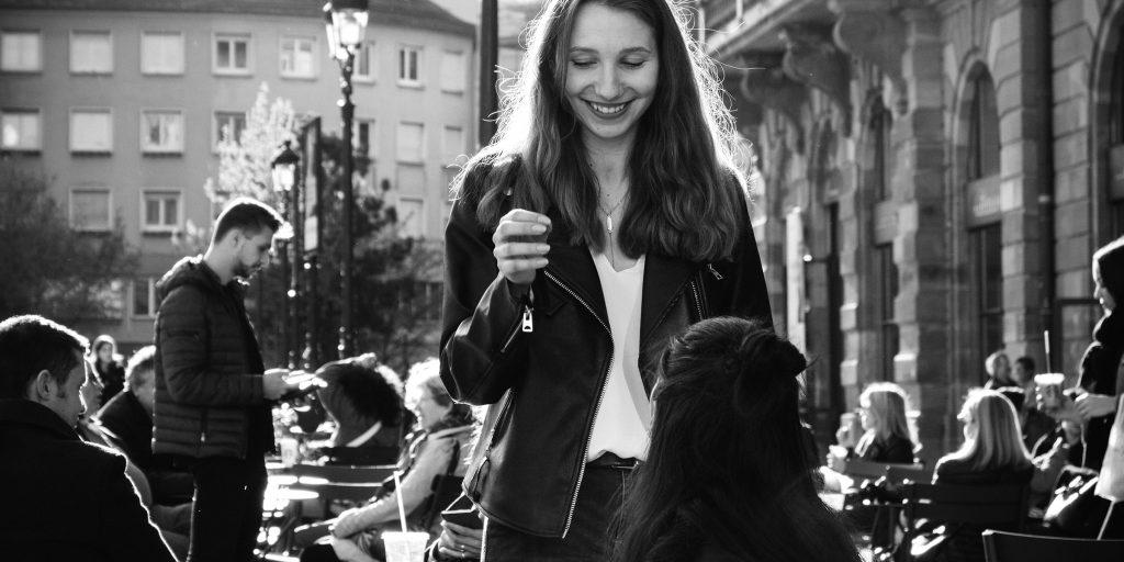 Et svarthvitt bilde av en ung jente utendørs
