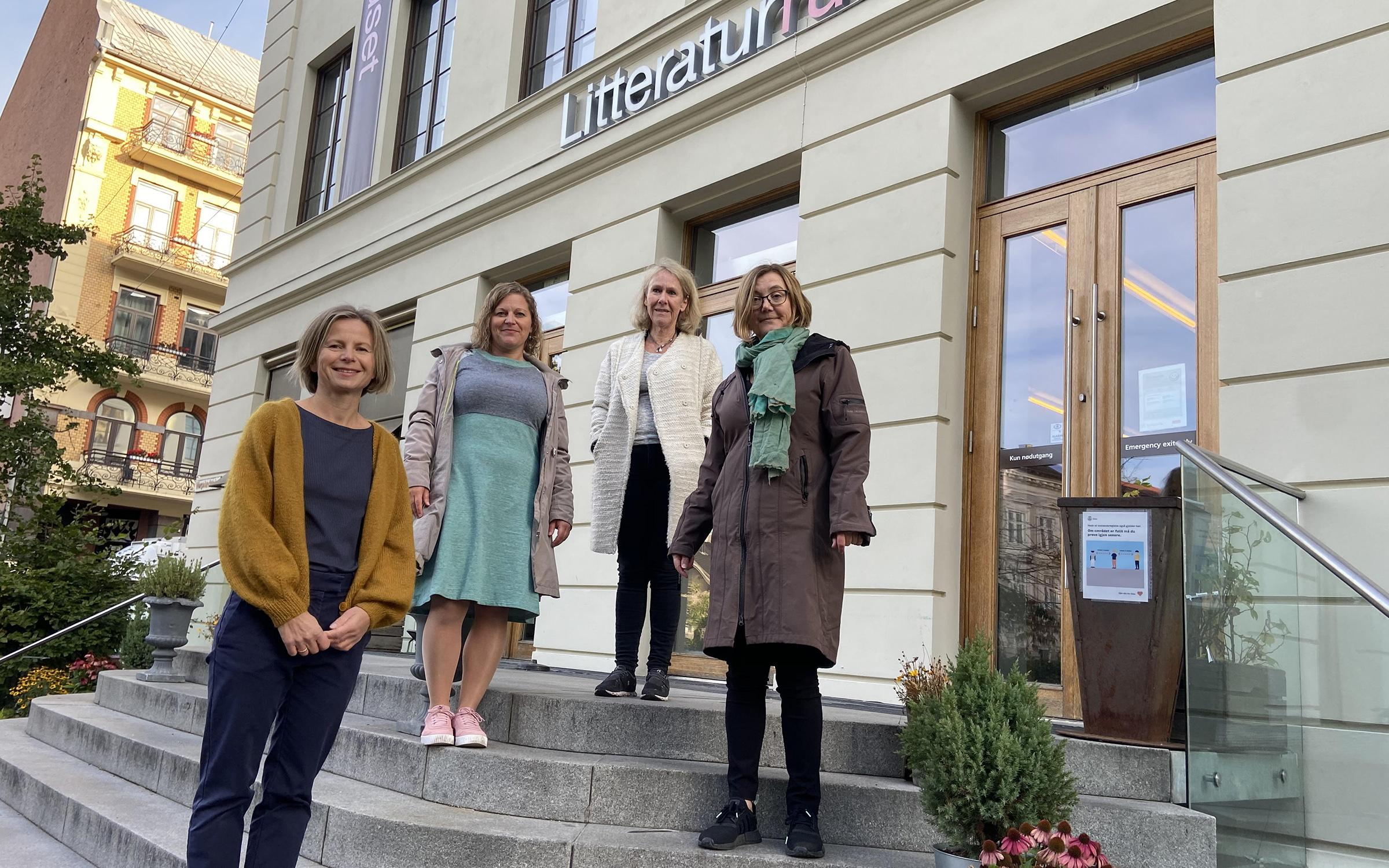 Bilde av Ingrid Smette, Monika Rosten, Jane Dullum og Anja Bredal foran Litteraturhuset